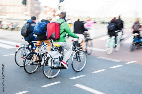 Fotobehang Amsterdam Radfahrer in Bewegungsunschärfe in Amsterdam