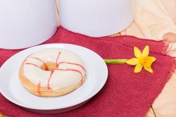 Donut mit Erdbeerfüllung