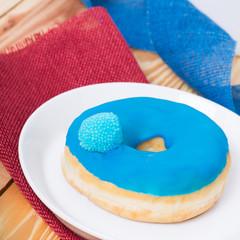 Donut mit blauem Zuckerguß