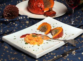 Hokkaidokürbis mit Seitan-Maronenfüllung und Tomatensauce
