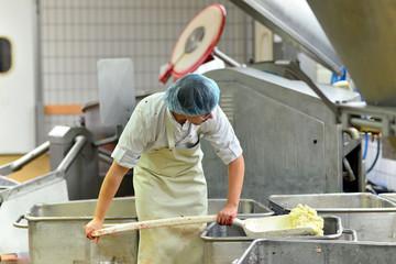 Lebensmittelindustrie - Wurstherstellung - Gewürze mischen