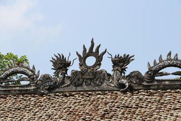 Dragones en el tejado de una pagoda