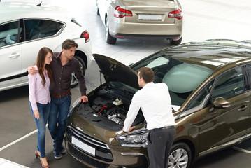 Verkaufsgespräch im Autohaus // car trade