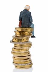 Rentnerin sitzt auf einem Geldstapel