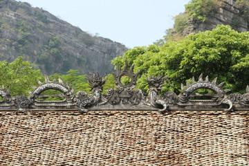 Tejado pagoda vietnamita con dragones. Vietnam.