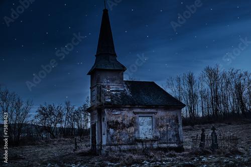 Fotobehang Begraafplaats Haunted creepy abandoned graveyard
