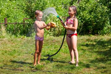 Дети играют с водой