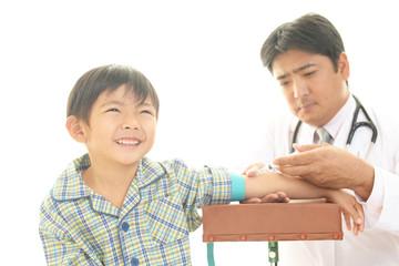 予防接種を受ける男の子