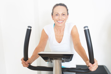 Frau auf Fitnessfahrrad