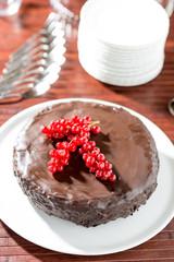 Torta di cioccolato guarnita con ribes rossi