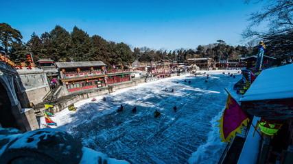 Plenty of people go skating on the Kunming lake in Beijing