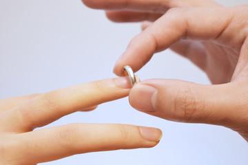 指輪をはめるシーン
