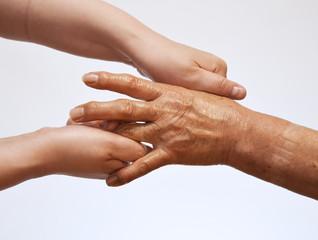 年配の女性の手をマッサージするイメージ