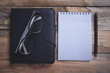 Блокнот, очки, ручка