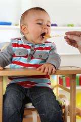 Baby beim Essen von Babybrei