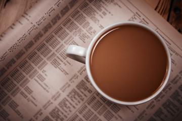 Чашка кофе с молоком и газета