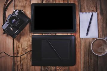 Планшет и графический планшет на деревянном фоне
