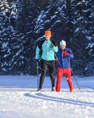 Sportler auf Langlauf-Skiern