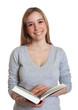 Frau mit langen blonden Haaren und Buch