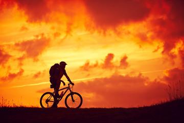 Mann Mountainbike Genuss Wolken rot