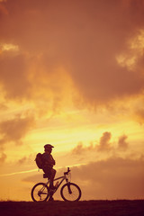 Mann Mountainbike stehend