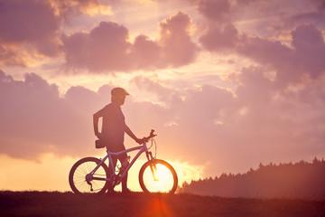 Mann Mountainbike Sonnenaufgang