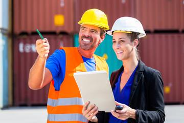 Arbeiter in Logistik Unternehmen am Container