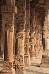 colonnes au Qutb Minar à Delhi