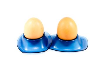 Frische Braune Eier in Eierbecher