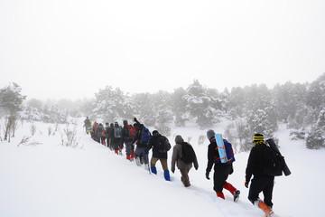 sisli havada dağa tırmanmak