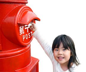 ポストに手紙を入れる女の子