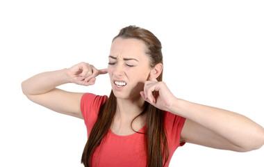 Frau hält sich die Ohren zu,  Studio