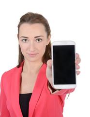 lachende Geschäftsfrau präsentiert smartphone, Studio