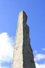 そびえ立つ石碑