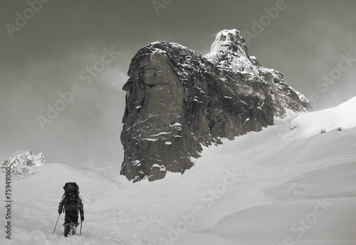 Tuinposter Alpinisme Climber on the snowy mountains