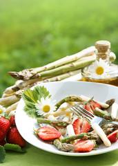 Spargelsalat mit Erdbeeren und Textfreiraum