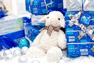 Игрушка овцы и новогодние подарки