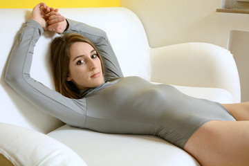 Teen in Leotard liegt auf Sofa