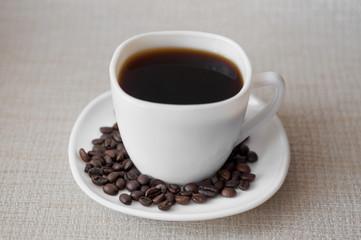 Чашка кофе и зерна кофе