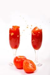 Томатный сок и томаты на белом фоне