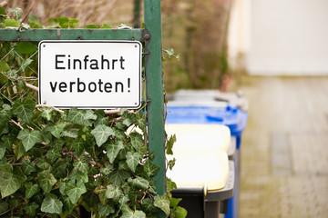 Schild an einem Zaun - Einfahrt verboten
