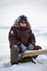 Мальчик на качели зимой
