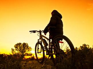 el ciclista mirando la puesta de sol