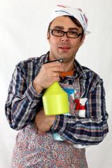 Mann mit Kopftuch u. Schürze,viele Sprühflaschen