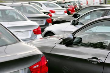 Parkplatz Autohandel // Auslieferung beim Hersteller