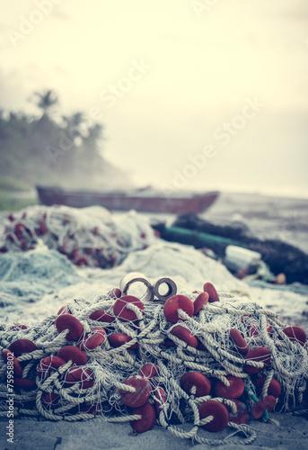 Fischernetz am Strand - 75958802
