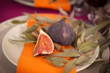 инжир на тарелке с листьями
