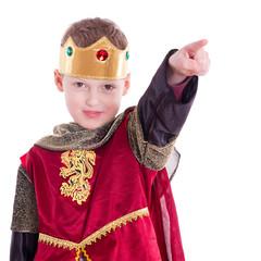 König zeigt die Richtung an - auf weißem Hintergrund