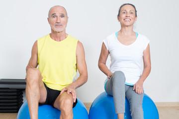 Zwei Senioren bei Fitnessuebung