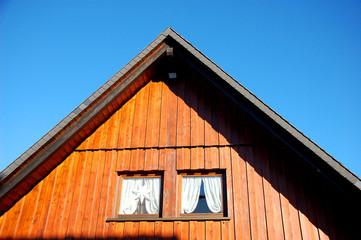Holzhaus Giebel Fenster mit Vorhängen